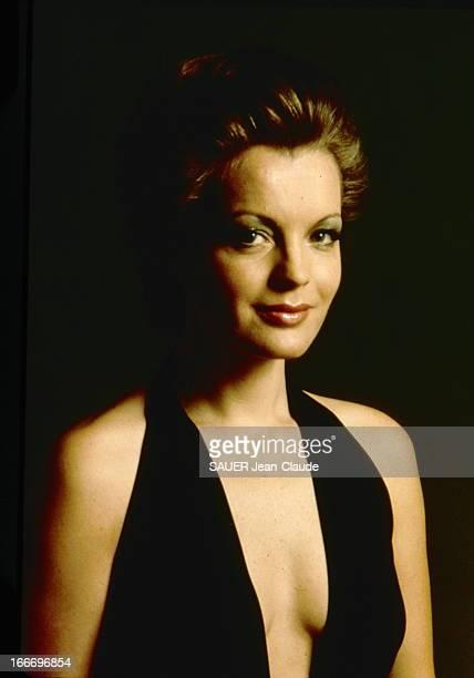 Photo Studio Of Romy Schneider Nouvelle coiffure pour Romy SCHNEIDER par ALEXANDRE plan de face souriant de l'actrice les cheveux courts en robe...