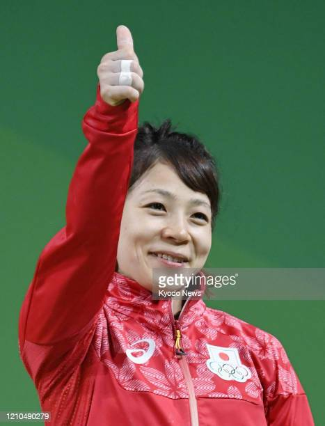 Photo taken Aug. 6 shows Japanese weightlifter Hiromi Miyake acknowledging spectators after winning bronze in the women's 48-kilogram category at the...