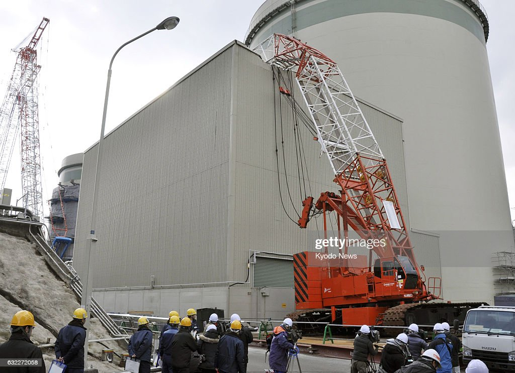 Crane falls on Takahama plant building housing spent nuclear fuel : News Photo