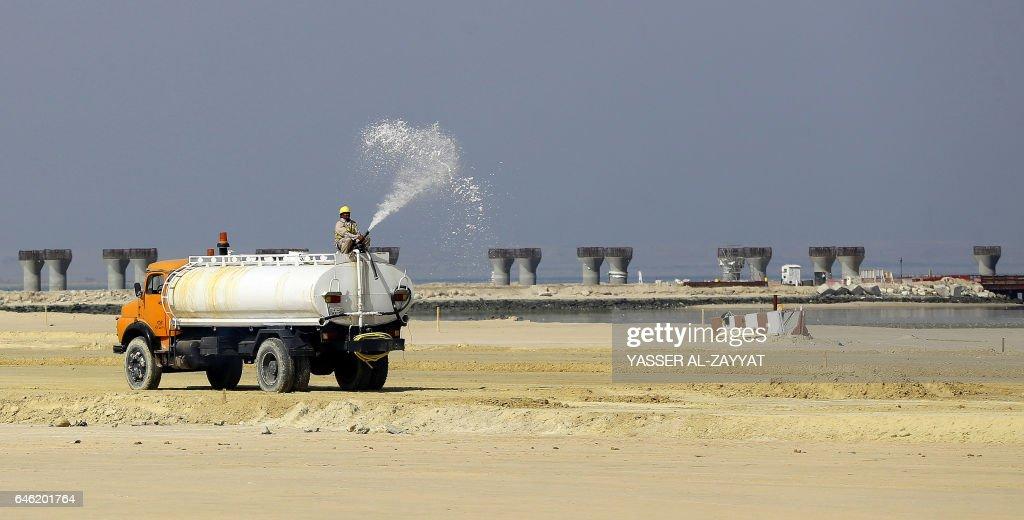 KUWAIT-ECONOMY-CAUSEWAY-TRANSPORT : News Photo