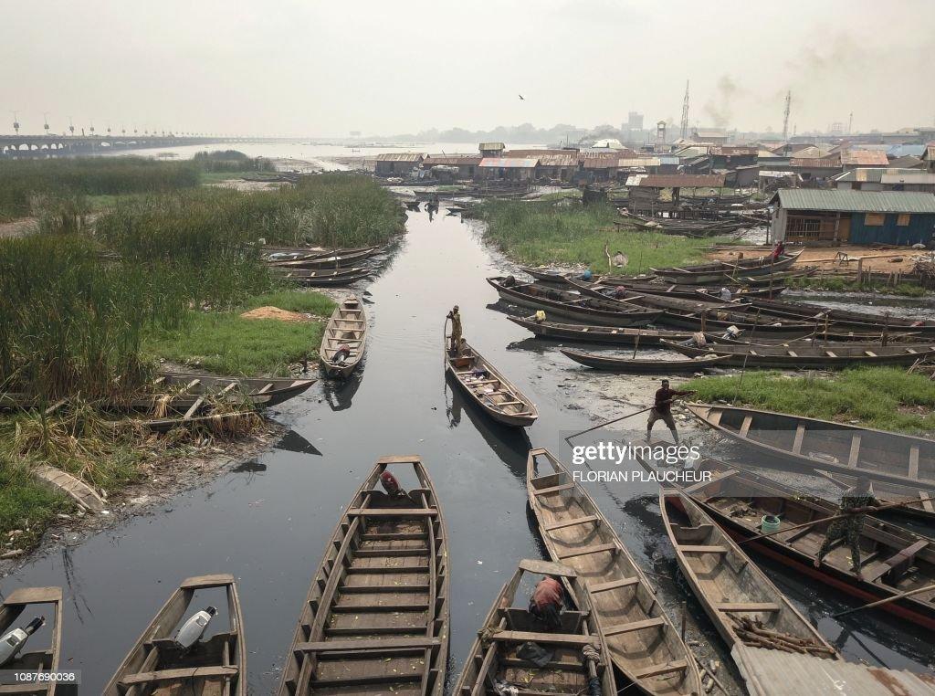 TOPSHOT-NIGERIA-VOTE-ECONOMY-POVERTY : News Photo