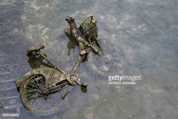 A photo taken on January 5 2016 shows a bike wastes in the canal Saint Martin in Paris during a drainage and cleaning operation / AFP / PATRICK...