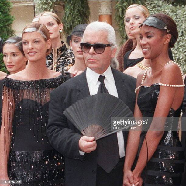 Photo taken on July 09, 1996 in Paris, of German fashion designer Karl Lagerfeld surrounded by several models during the closing of the Fall / Winter...