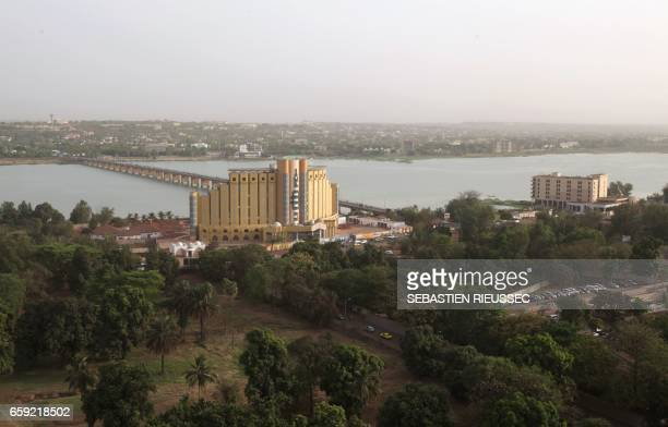 A photo taken on March 21 2017 shows the Martyr's Bridge over the Niger river in Malian capital Bamako / AFP PHOTO / SEBASTIEN RIEUSSEC