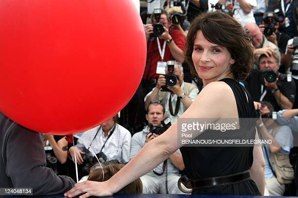 Photocall 'Le Voyage du ballon rouge' at 60th Cannes International Film Festival, France On May 17, 2007 - Juliette Binoche.