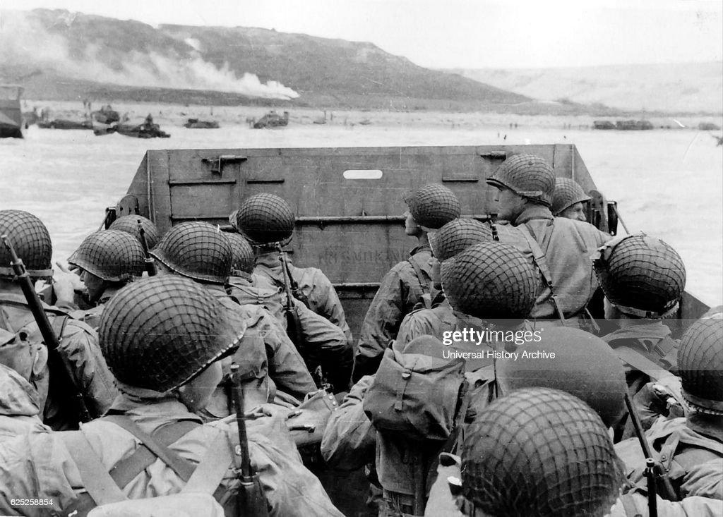 American troops approaching Omaha Beach. : News Photo