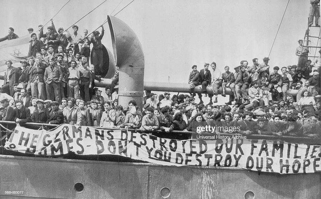 Jewish Refugees aboard the illegal immigrant ship Theodor Herzl.  : Photo d'actualité