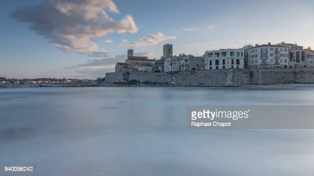 photograph of the old town of antibes and its fortifications during sunset, provence-alpes-côte-d'azur, france - culture européenne photos et images de collection