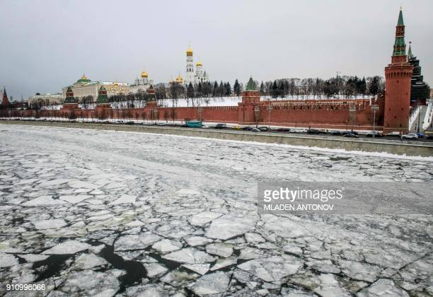 A photograph taken on January 27 2018 shows the frozen Moskva river outside the Kremlin in Moscow / AFP PHOTO / Mladen ANTONOV