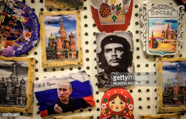 Photograph taken on October 2, 2017 shows a fridge magnet of the legendary guerilla leader Ernesto Che Guevara among others including the Russian...
