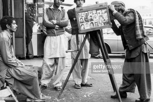 Photographe ambulant utilisant un appareil à chambre photographique à Peshawar en décembre 1982 Pakistan