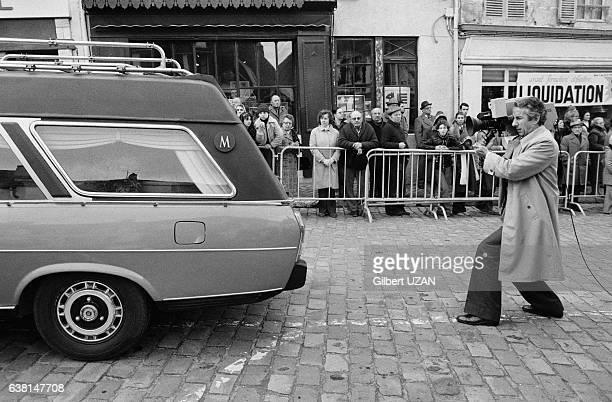 Photographe suivant le cercueil lors des obsèques de Jean Monnet à MontfortL'Amaury France le 20 mars 1979