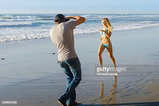 fotografo e modello di bikini sulla spiaggia - modella per artisti foto e immagini stock