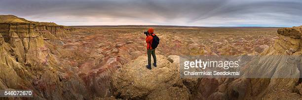 photographer at the rocky formations of tsagaan suvarga, mongolia - gobi desert stock pictures, royalty-free photos & images