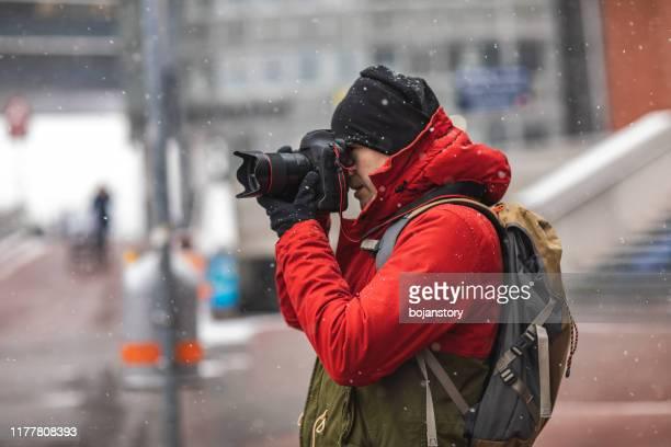 photographer bij work - fotograaf stockfoto's en -beelden