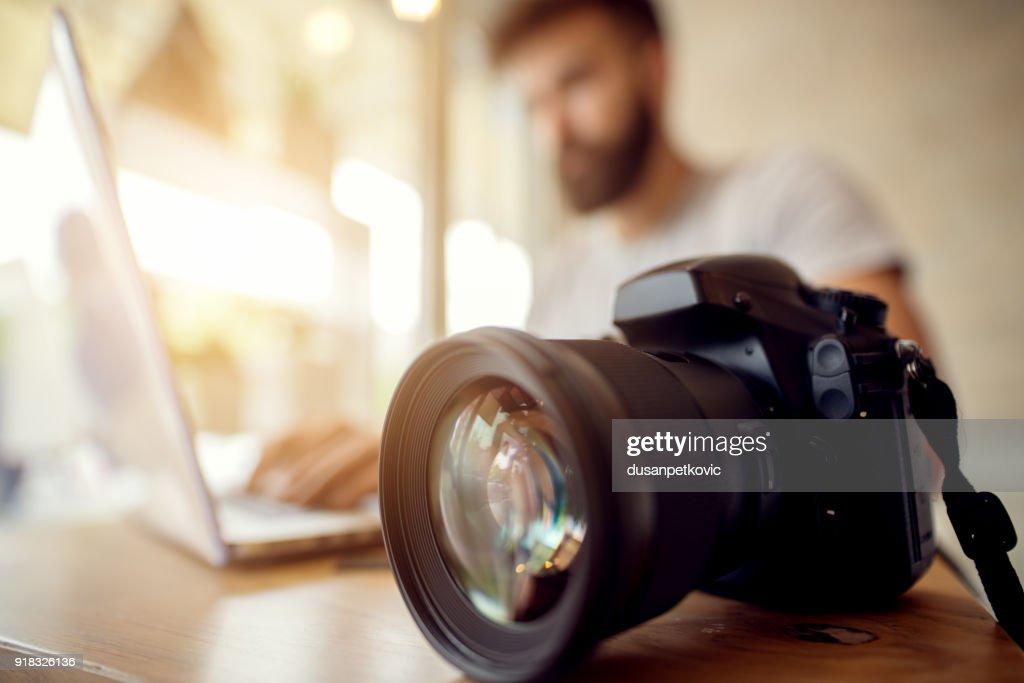Fotograf seine Dateien ab Verladung auf Laptop überprüft. Büro-Arbeiter-Journalist. : Stock-Foto