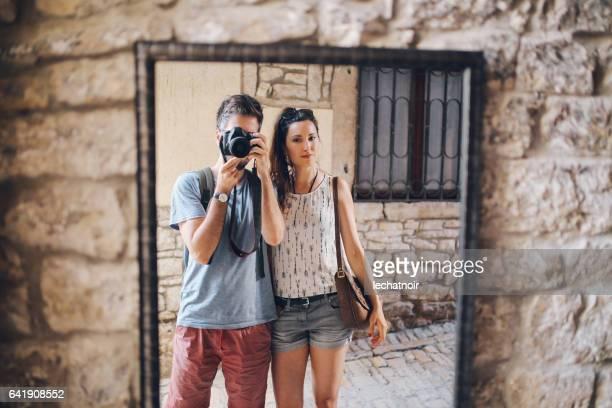 Fotografen-paar zu Fuß in Rovinj an einem Sommer-Tag