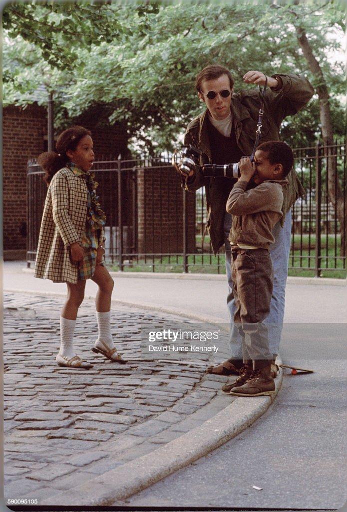 David Hume Kennerly Teaching Photography to Neighborhood Kids : News Photo