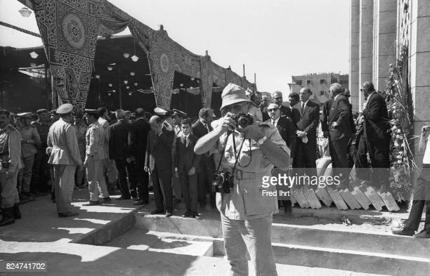 Photographer Fred Ihrt taking pictures of Gamal Abd al-Nasser funeral.
