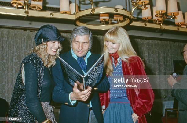 Photographer Gunter Sachs and his wife Mirja presenting his new photo book Maedchen in meinen Augen circa 1975