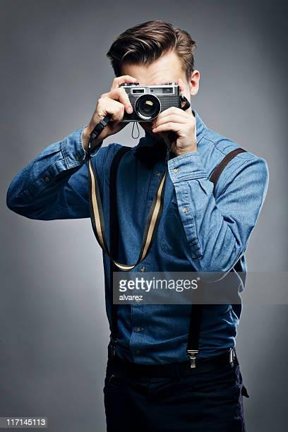fotografo con fotocamera - mezzo busto foto e immagini stock