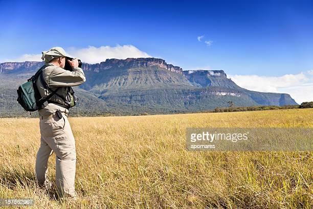fotógrafo en acción en el auyantepuy, venezuela - la gran sabana fotografías e imágenes de stock