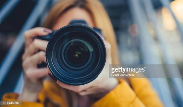 de fotograaf neemt beelden met camera - fotograaf stockfoto's en -beelden