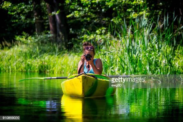 photographe en vacances dans un kayak - loisir photos et images de collection