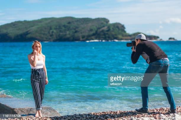 fotógrafo disparando a su modelo - pantalones azules fotografías e imágenes de stock
