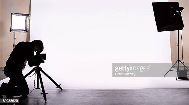 photographer shooting in studio. - fotosession stock-fotos und bilder