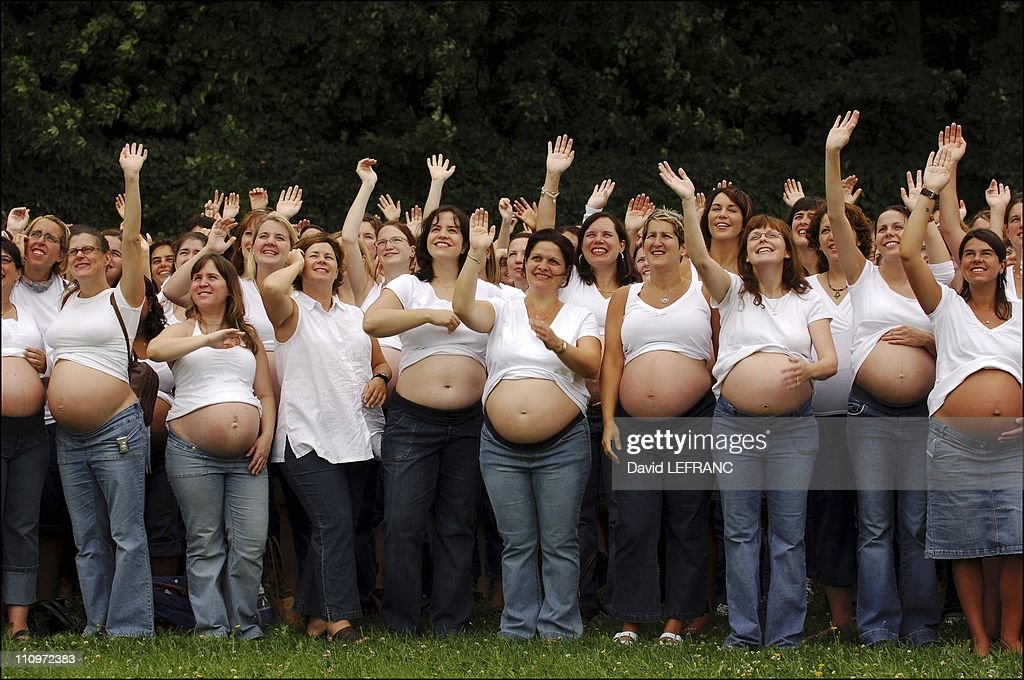 Photographer Sonia Jam makes group picture of 2000 pregnant women in Montreal, Canada on August 21st, 2005. : News Photo