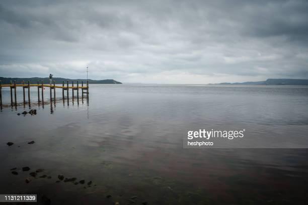 photographer taking photographs of the coast of tasmania - heshphoto photos et images de collection