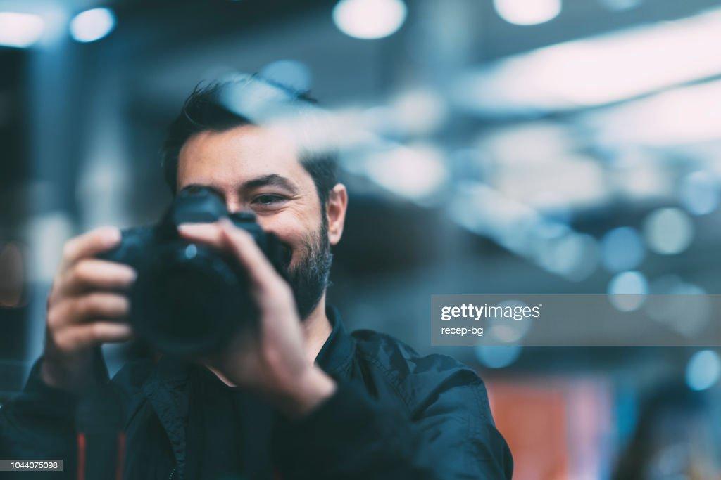 Tomar fotos de fotógrafo de noche : Foto de stock