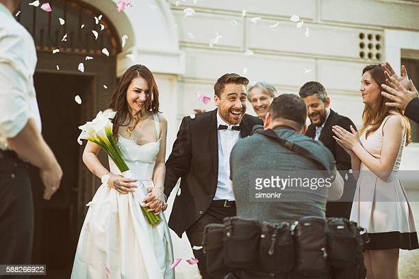 photographer taking picture of newlywed couple - calle foto e immagini stock