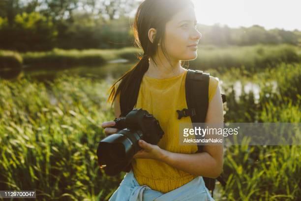 fotograaf fotograferen in de natuur - fotografische thema's stockfoto's en -beelden