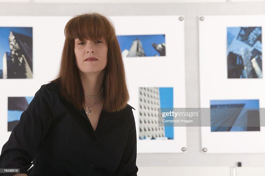 Photographer with hanging artwork : Stockfoto
