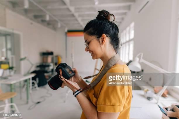 fotograf arbeitet in einem studio - fotograf stock-fotos und bilder