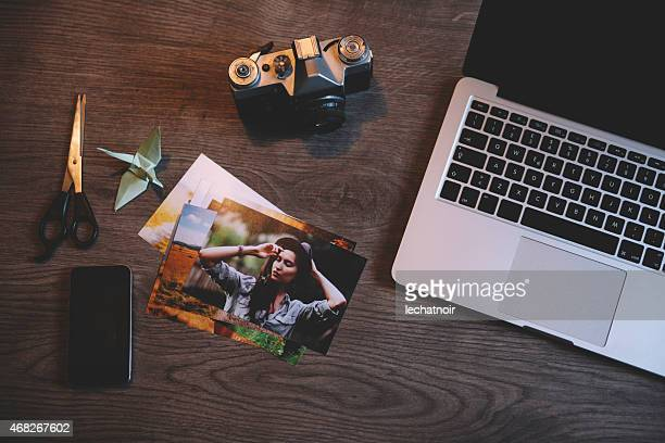 photographer workspace office desk - elektronische organiser stockfoto's en -beelden