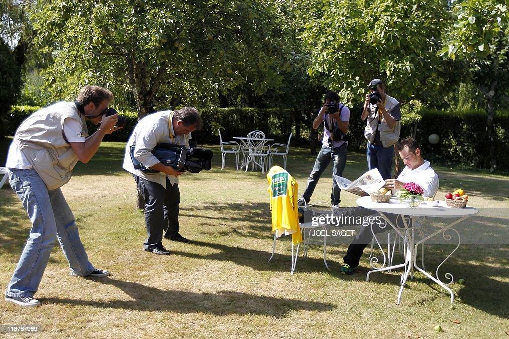 Photographers and cameram shoot Yellow j : ニュース写真