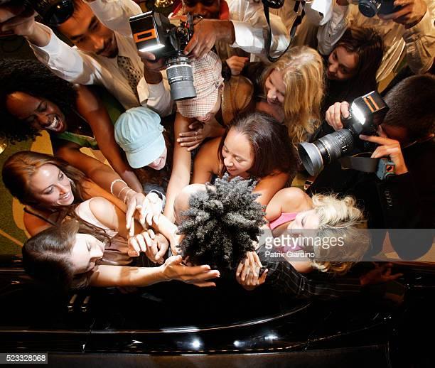 photographers and fans swarming star - prima cinematografica foto e immagini stock