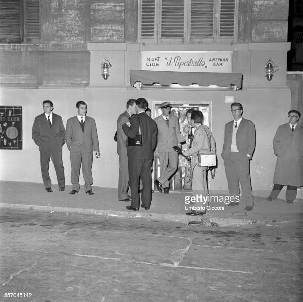 Photographers lying in wait at the exit of the nightclub 'Il Pipistrello' hoping to take a picture of famous people 1958