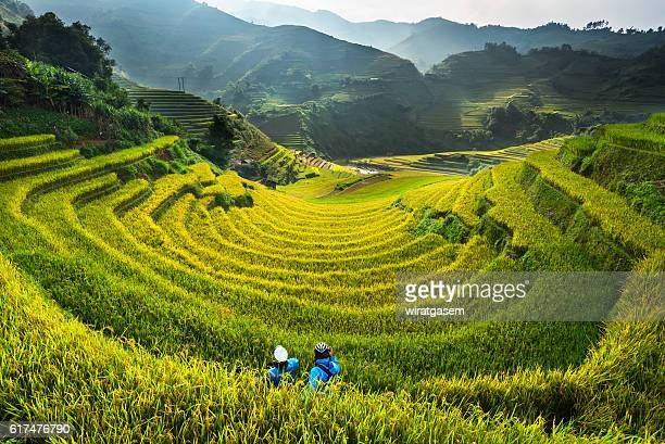 photographers on rice fields terraced - mù cang chải stock pictures, royalty-free photos & images