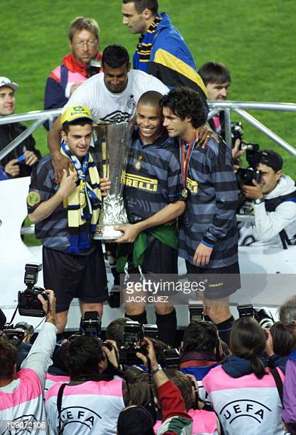 Photographers take pictures of Inter Milan's Ronaldo holding the UEFA Cup next to his teammates 06 May at the Parc des Princes stadium in Paris Inter...