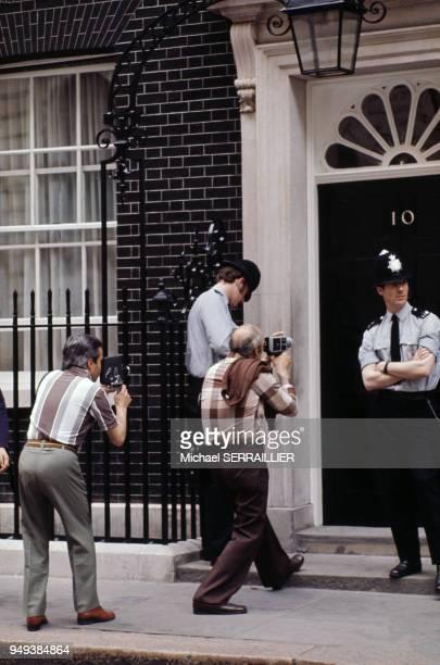 Photographes devant la porte du 10 Downing Street à Londres RoyaumeUni