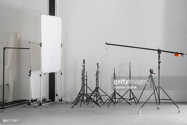 photographic equipment in photography studio - fotosession stock-fotos und bilder