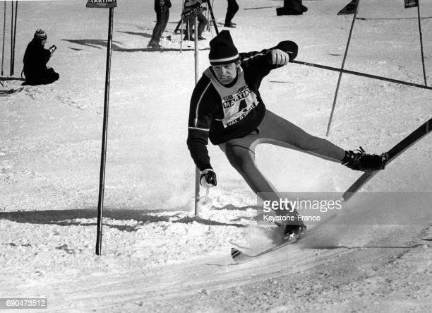 Photographie de la chute de JeanClaude Killy la fixation de son ski gauche a sauté à Val d'Isère France le 16 décembre 1967