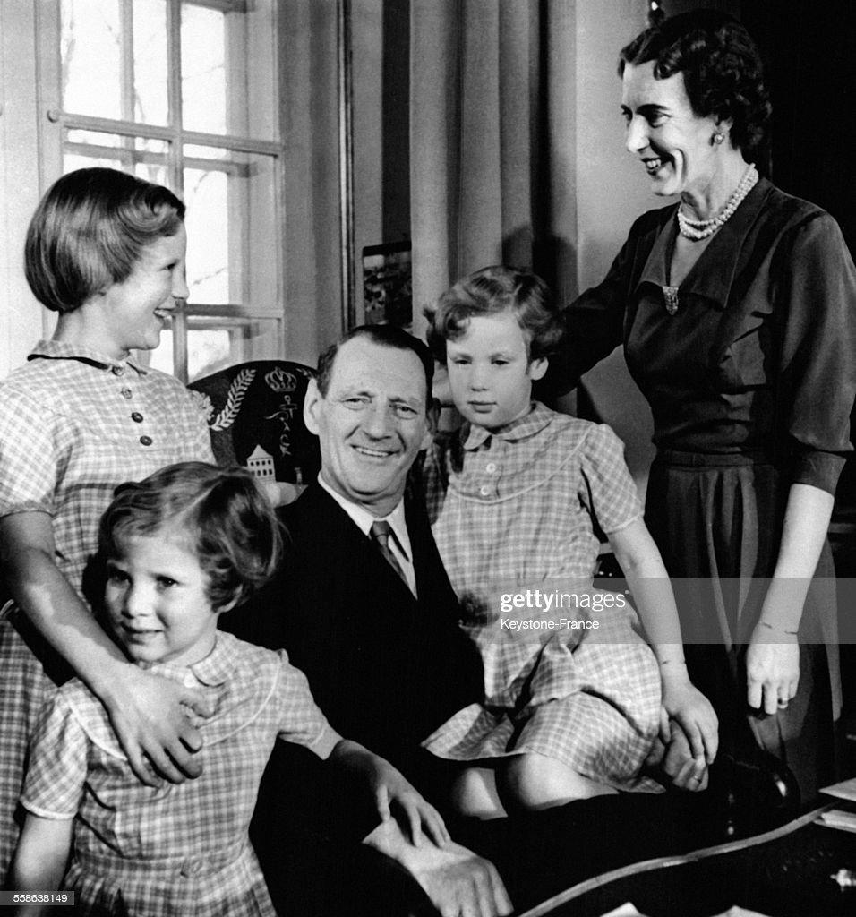 photographie de la famille royale r unie avec le roi fr d ric ix la news photo getty images. Black Bedroom Furniture Sets. Home Design Ideas