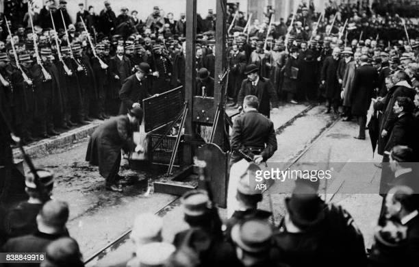 Photographie d'une guillotine après une exécution en France