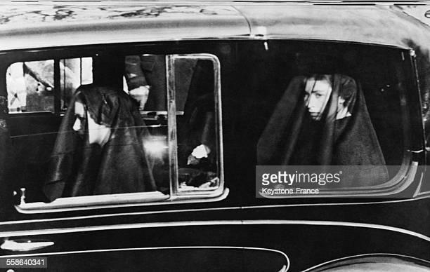 Photographie envoyee par cable montrant la Princesse Margaret et la Reine Elisabeth portant le voile du deuil dans la voiture, le 11 fevrier 1952 a...