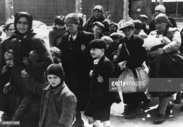 Photographie extraite de 'L'album d'Auschwitz' trouvé par Lili Jacob au camp de Dora sur l'arrivée des déportés juifs en 1944 à Auschwitz en Pologne